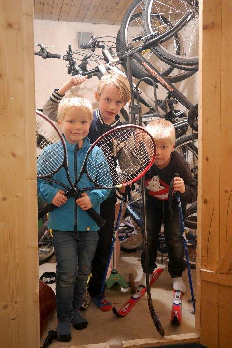 BRUKT ER BEST: Axel (7), Oskar (7) og Storm Herman (7) fra 2.trinn på Nøklevann skole tar en titt i boden etter utstyr som gjør de vinterklare, men her manglet både det ene og det andre. Kanskje finner de det de trenger på Sportmarkedet?