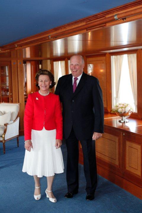 Kong Harald og dronning Sonja da de var på fylkestur til Nordland sist gang, for ti år siden. Da holdt de mottakelse for inviterte gjester på kongeskipet Norge, noe de også skal gjøre denne gangen. Foto: Knut Falch / NTB scanpix