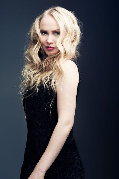 FERSK SINGEL: På sin nye singel «Ravn», forener Martine Kraft to av våre store kulturbærende lydkilder, nemlig hardingfele og joik.