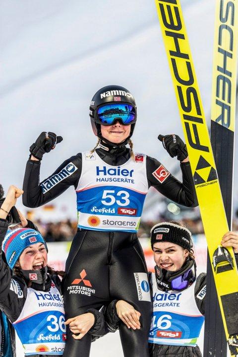 SUVEREN: Maren Lundby kronet en kanonsesong med VM-gull, og ble løftet på gullstol av Silje Opseth og Anna Odine Strøm
