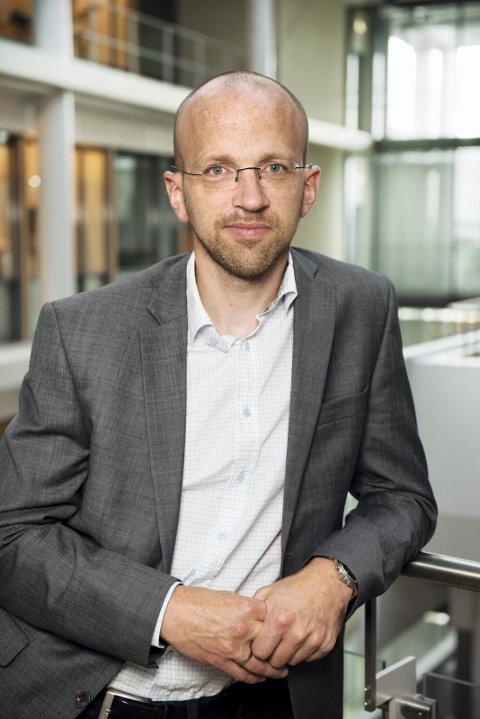 SKAPE JULEHYGGE: Kommunikasjonssjef Kristian Løksa i OSL.