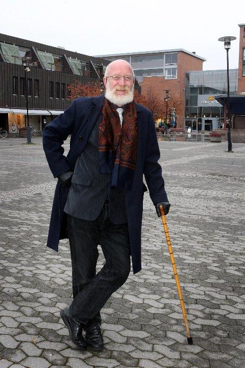 DØDE AV KREFT: Lærer, forfatter, kåsør og samfunnsdebattant Tom Klemetzen sovnet stille inn torsdag kveld.