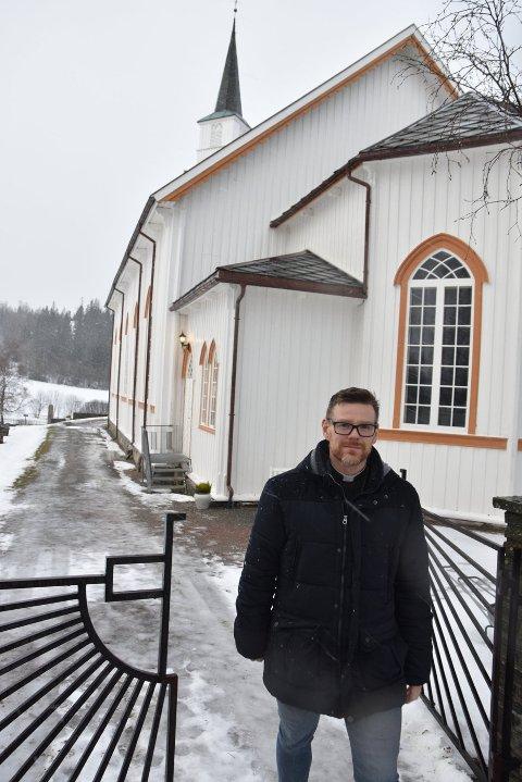 """JANUAR: Gunnar Steingrimsson forlot Beitstad og dro tilbake til Island med familien etter åtte år som sokneprest. I løpet av disse åtte årene hadde """"Gunnar prest"""" blitt svært populær i bygda, og kirka var tettpakket under avskjedsgudstjenesten før jul i 2019."""