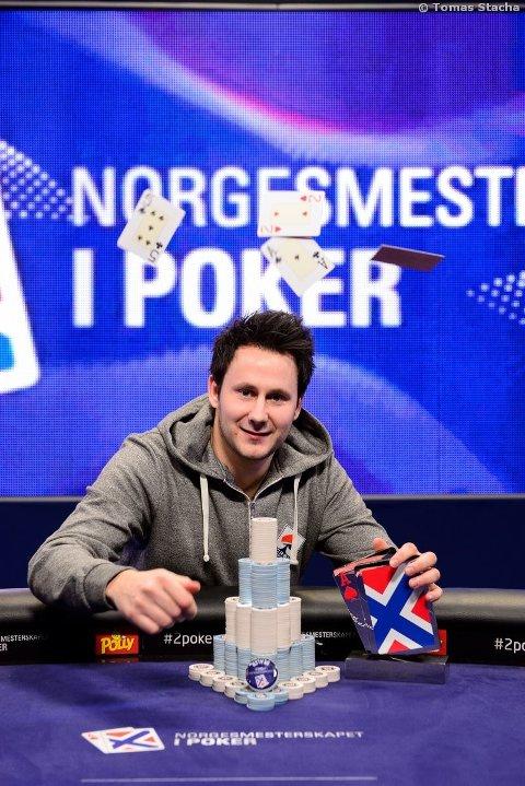 Simen Birkelund (26) fra Tønsberg med premien foran seg.