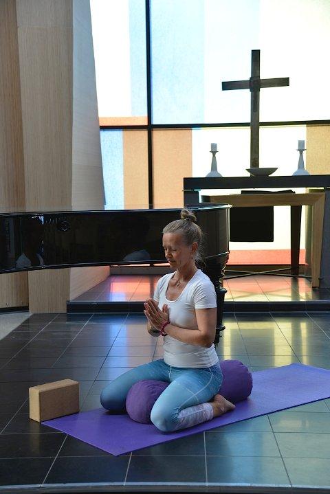 INVITERER TIL ET STILLE ROM: Yogalærer Camilla Augusta Hallan inviterer til yoga med levende musikk i Son Kulturkirke.