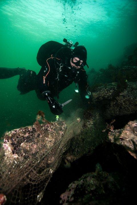 RYDDER: Lars Dalen rydder vekk gammelt fiskeredskap som har havet på havbunnen. Disse forårsaker store lidelser for dyret i havet.