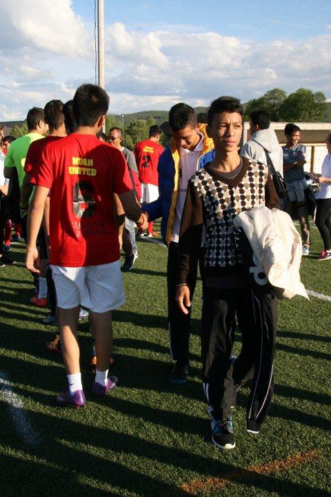 Ungdom fra Filippinene og Afghanistan hilste på hverandre dagen før Bergstadcupen sparkes i gang. Fredag ettermiddag blir det showkamp mellom fotball-lagene Phoenix og Moan United siden ungdommene er for gamle til å delta i den ordinære cupen.
