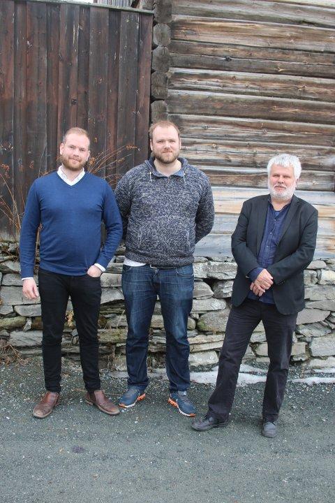 Isak V. Busch (Ap), Frode Strickert (LO) og Bjørn Salvesen (Sv) ønsker folk velkommen på 1.mai-markeringen på Røros og minner oss på at det fortsatt er kamper å vinne og rettferdighet å kjempe for.
