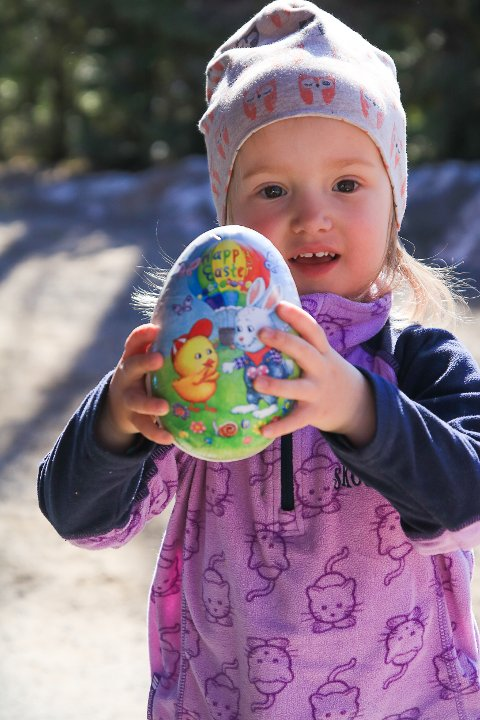Lille Tuva var veldig spent på årets påskeeggjakt, og ikke minst på hva som var inne i egget. Kanskje sjokolade?