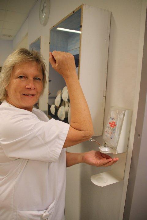 HÅNDHYGIENE: Hygiensykepleier Liv Hellen Skjold Rafoss på syykehuset i Flekkefjord forteller at god håndhygiene for ansatte og besøkende tar knekken på bakterier som kan være farlige for pasientene.