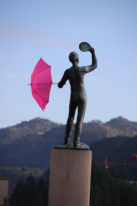 ROSA PARAPLY: Samtidig som pride-markeringer gjennomføres i hele landet har Ola Dekksgutt i Flekkefjord blitt pyntet med en rosa paraply