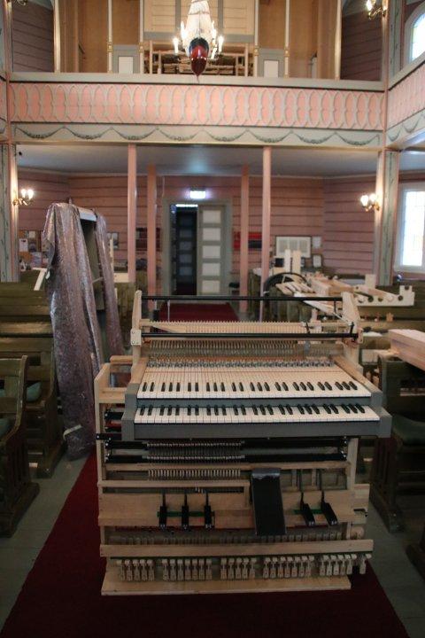 SKAL OPP: Spillepulten skal opp på plass på galleriet sammen med 1000 orgelpiper i løpet av noen få dager.