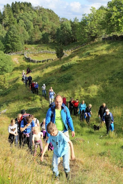 Eit 40-tals personar tok turen til Staurevarden på Radøy for å høyre lanseringa av vignetten.