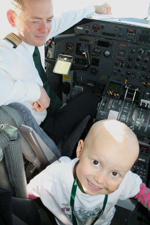 I cockpit: Sigrid fikk sitte i cockpit sammen med kaptein Bjørn Svee.
