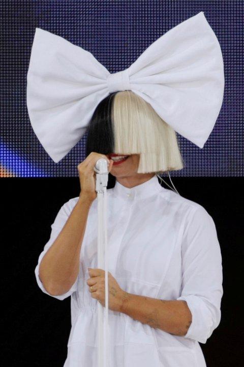 Sia er kjent for å ikle seg kreative antrekk for å skjule ansiktet sitt.