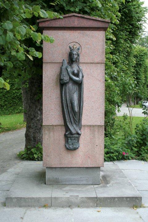 Minnesmerke over hellige Sunniva på Bergenhus. På denne plassen sto tidligere Kristkirken, hvor Sunnivaskrinet ble oppbevart fra år 1170.