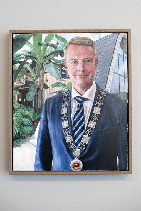 Terje Søviknes er fornøyd med bildet kommunen har fått malt av ham.
