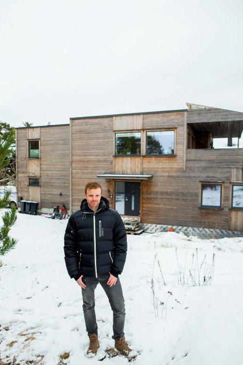 (Cover01) NYTT: Elektriker Geir Mikkelsen har jobbet mye med å ferdigstille det nye huset. Foto: Vegard Wivestad Grøtt / NTB scanpix   FOTO: Vegard Wivestad Grøtt / NTB scanpix