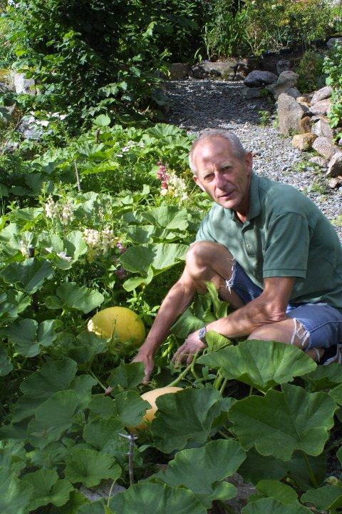 Hageentusiast Inge Aslak Høines får det til å vokse og gro. - Søndag åpner han hagen for publikum.