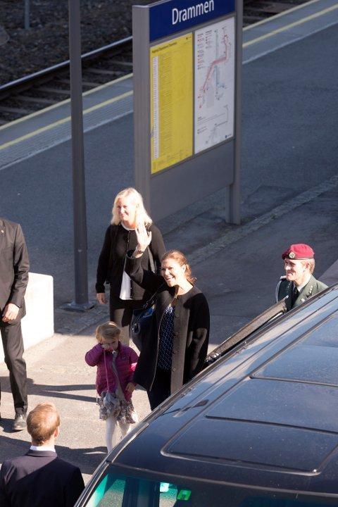 Kronprinsesse Victoria fra Sverige smilte og vinket da hun ankom Drammen stasjon med sin datter Estelle.