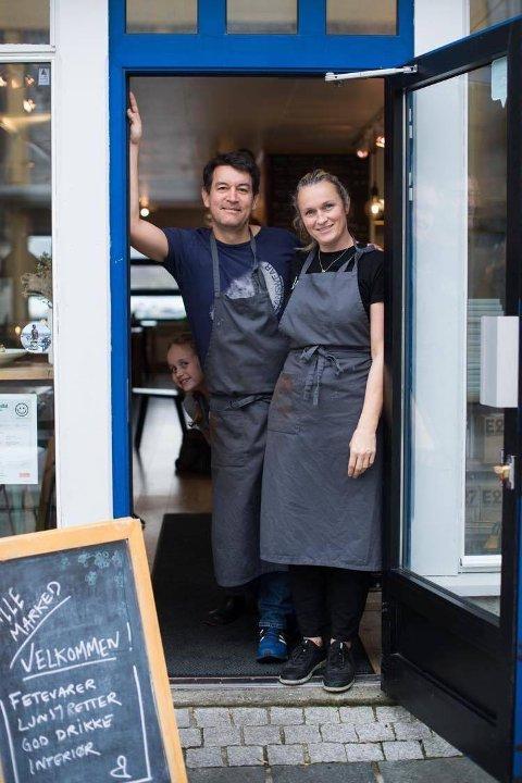 VELKOMMEN: Du er framleis velkommen hos Eirik Villand og Gitte Kroppan Villand på Lille Marked, men no kan du bestille take away ved hjelp av ein app slik at alt er klart når du kjem.