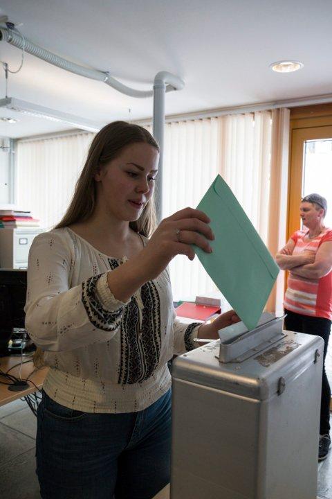 Synne Gamborg blei den første 16-åringen til å røyste i ei rådgjevande folkerøysting i Jølster kommune.