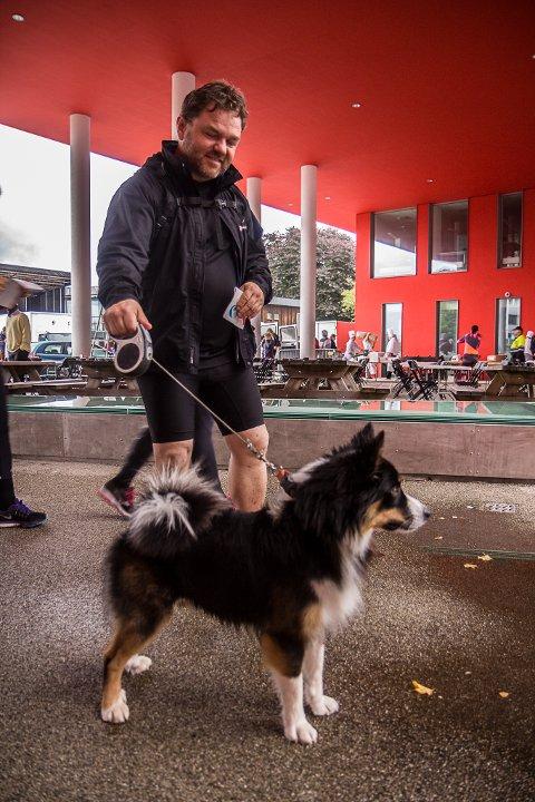 KLARE: Hunden Loki såg ut til å vere veldig klar for sin første tur opp Hafstadkleiva.
