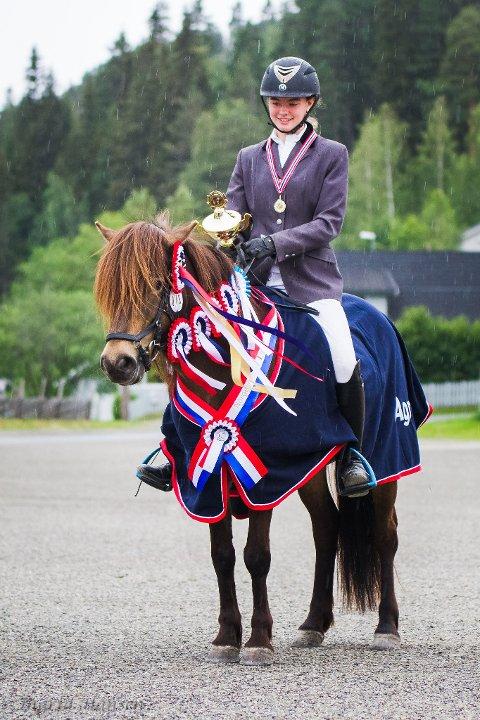 VINNAR: Her er Andrea Brekke og hesten Vamråks Keira med sløyfene frå 1.premien og samanlagt sigeren.
