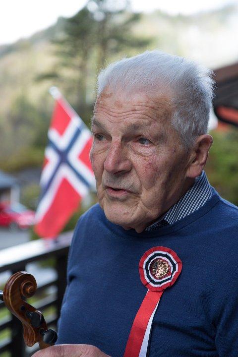 75 ÅR SEINARE: Gunnar Hage avbilda 17. mai i år, på dagen 75 år etter feiringa han skriv om.