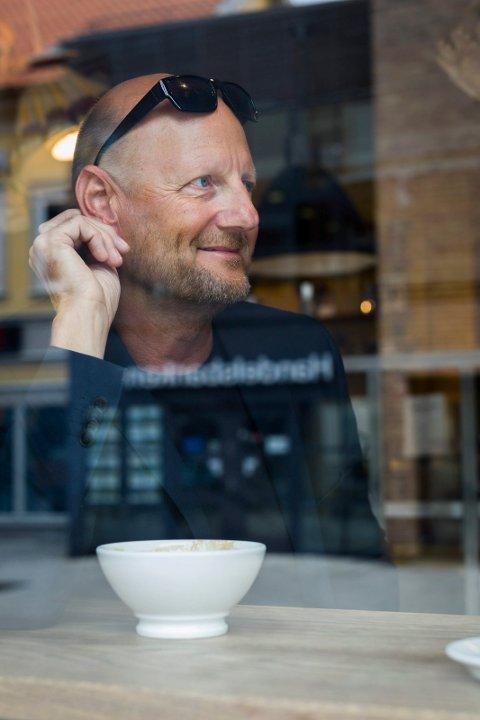 Ofte på kafé: Roger Amundsen liker det urbane, og besøker gjerne kafeer og storbyer i ferien.