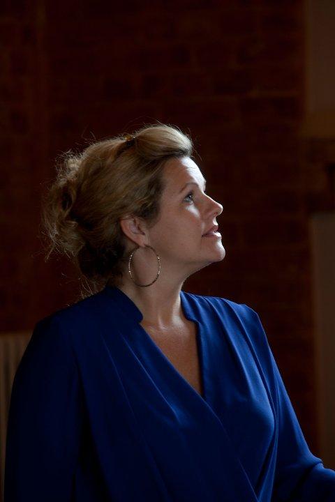 Renate Gjerløw Larsen er spesielt glad i å synge i kirkerommet. Hun gleder seg til å synge sammen med publikum på allsang-kveld i Rolvsøy kirke.
