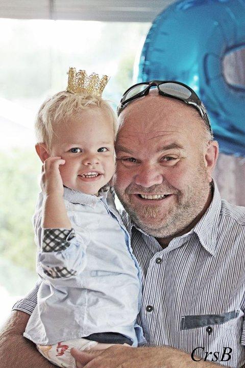 STOLT AV BARNEBARNA: Jan Erik Svanberg Borgersen er stolt av sine tre barnebarn. Her sammen med Oleander.