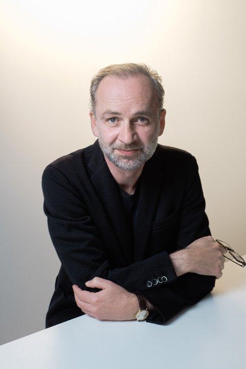 Ferdinand von Schirach er forsvarsadvokat og kritikerrost, bestselgende forfatter, kjent for sine mesterlige beskrivelser av forbrytelser og straff fra rettssalens indre.