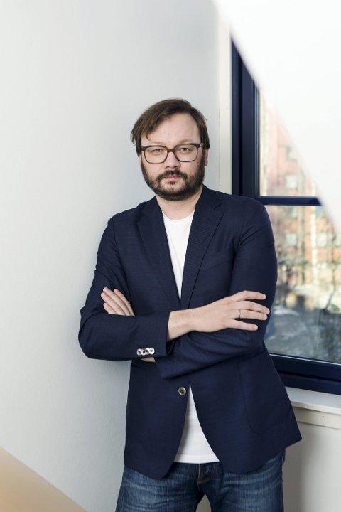 SKRIBENT: Forfatteren Ingar Johnsrud er en erfaren skribent, med en lang karriere i blant annet VG. Nå satser han på heltid som forfatter. Pressefoto: Jarli & Jordan.