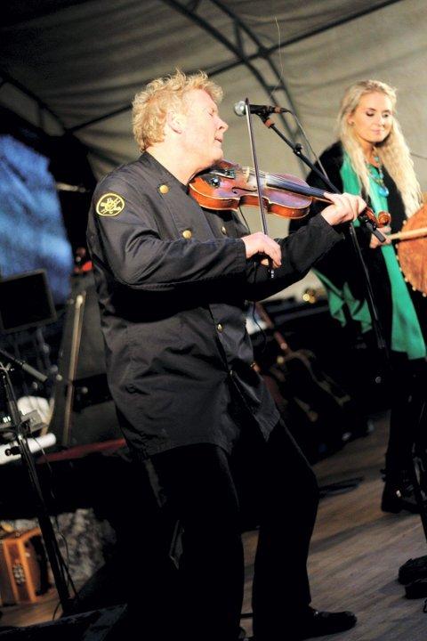 ÅSGÅRDSTRAND: Øyvind Staveland spiller fele, bratsj, fløyter og trekkspill. I 2011 hadde bandet med seg den færøyiske artisten Eivør til Munchparken.
