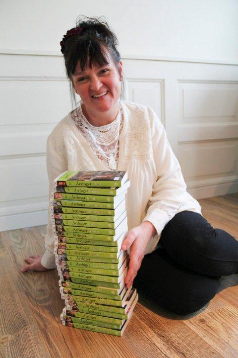 """ÅRRINGER: Yvonne med hele stabelen av """"Årringer"""". Snart kommer bok 28."""