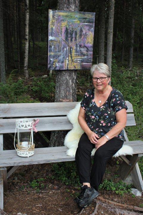 VELKOMMEN: Anne Vangen Solberg fra Bruvoll er spent på om noen kommer på pop-up utstillingen i skogen, og setter sin lit til at værgudene spiller på hennes side.