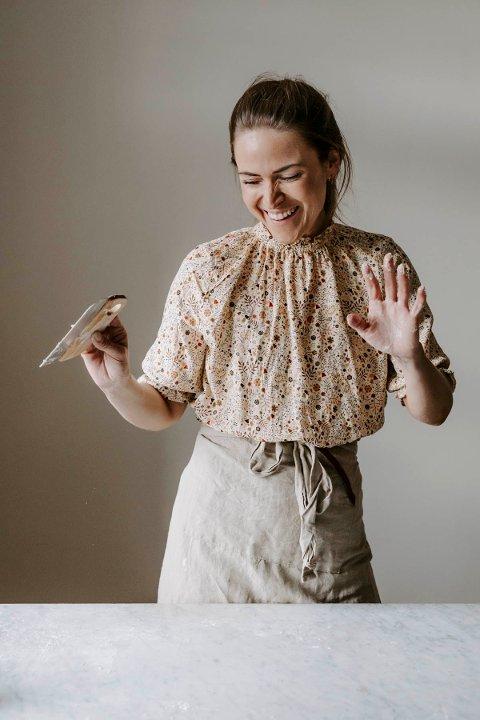 Martine Myhrum Sletholen er bitt av surdeigsbasillen - så populær har hennes instagramkonto om bakingen blitt, at hun er blitt lagt merke til i vide kretser. Nå gir hun ut bok om surdeig og baking på Cappelen forlag.