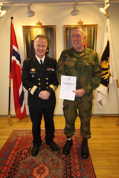 HEDRET: Kaptein Ståle Carlsen fra Lunner gratuleres av sjef FKL, flaggkommandør Rune Fromreide Sommer.