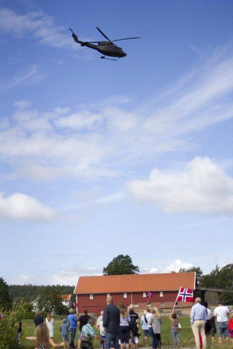 I LUFTA: To Bell-helikoptre fra Luftforsvaret underholdt før startskuddet gikk for Team Rynkeby Østfold.