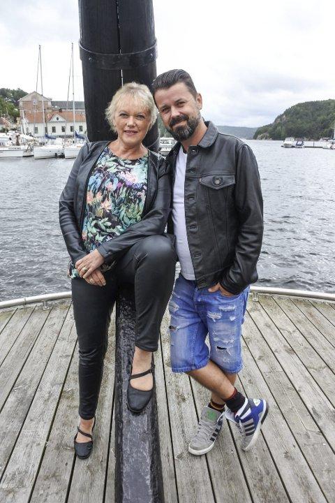 SAMMEN OM ERIK BYE: Eva Stømner og Dag Brandth hyller en ramsalt tv-konge neste måned.                  FOTO: THORKIL H. LINDSKOG