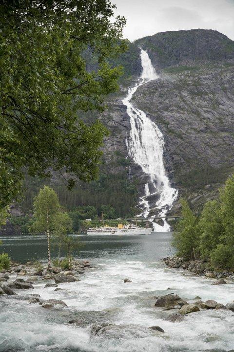 På jubileumsreise: Søndag ble Kongeskipet observert ved Langfoss, på vei fra Bergen til Stavanger.Foto:  Magne Langåker