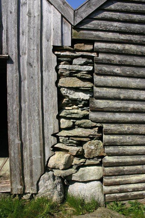 DELT VEGG: Det er gammel vikingtradisjon med delt vegg som her fra sjøhusene i Solhålå.