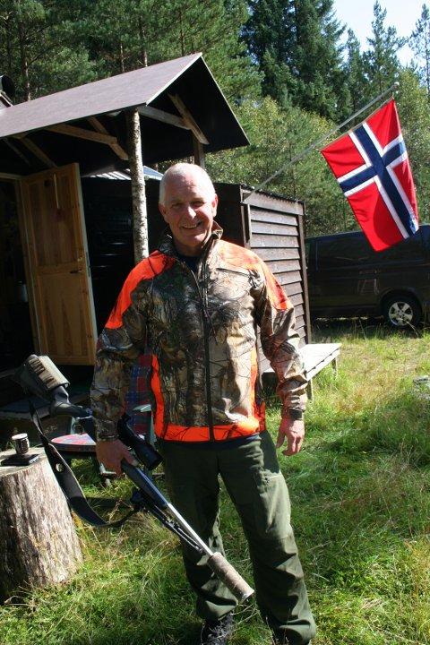 KLAR: Roy Martin Øyjord er klar til årets jaktstart på hjort. Lørdag morgon er han på post i ein skog i Vindafjord.