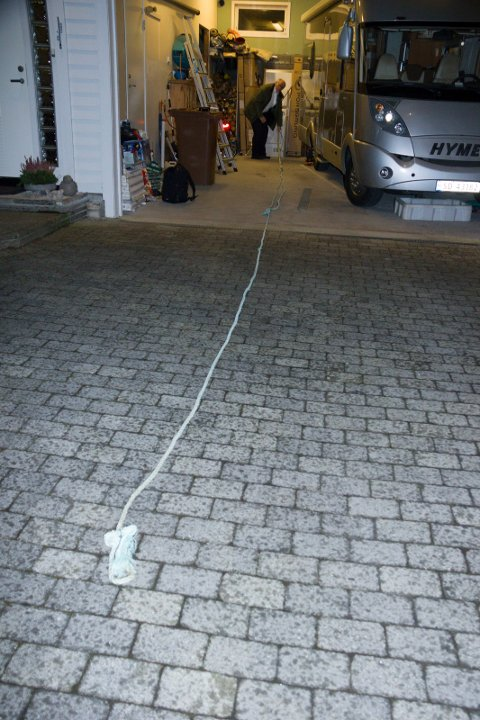 FOR KORT: Svein Sandhåland viser tauet som er 13 meter langt, men for kort å taue en bil som kjører 60 km/t.