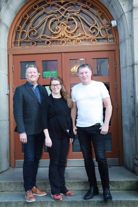 VELKOMMEN:  Eierne  Leif Harald Endresen( til v.)og Jan Tindeland med administrasjonsleder Nancy Vikra i midten ønsker alle som vil innom denne helgen.
