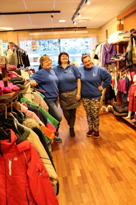 Lill Karin Aanes, Elin Nilsskog og Liv Hagfors viser at det er plass til mer i klesavdelingen.
