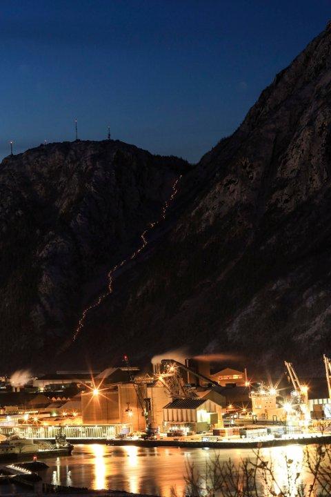TRONGSKARDET LYSSATT: En stor dugnadsinnsats sørget for at Helgelandstrappa i Trongskardet ble lyssatt fredag morgen. Bildet er tatt fra Kulstadlia.