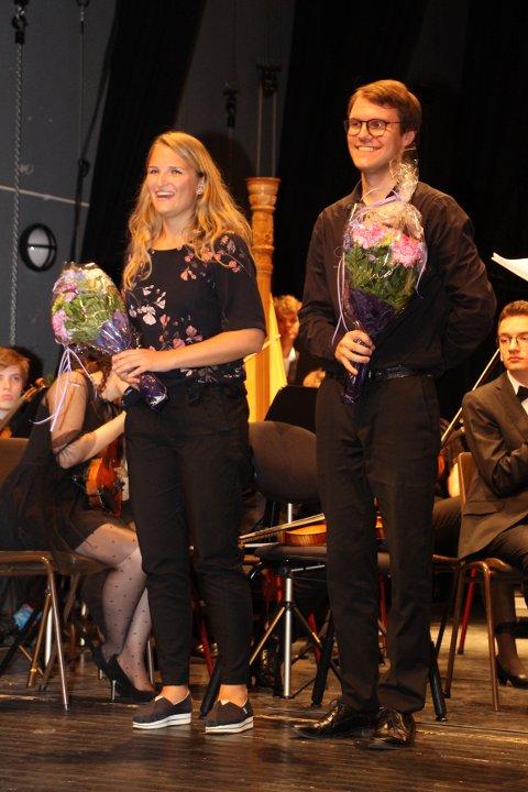 STIPEND: Under avslutningskonserten til Toppensymfonikerne søndag ble sanger Karoline Persdatter Nygård og fiolinist Tor Alvin Wika tildelt Vefsn kommunes musikkstipend for 2018.