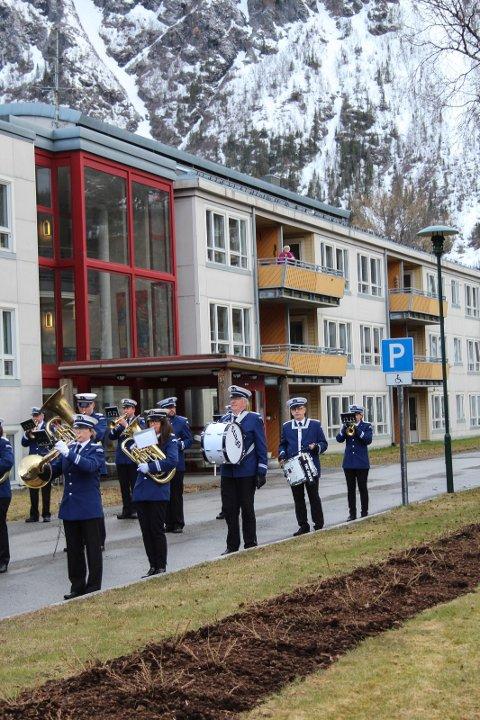 MUSIKK: Hornmusikken Fram trosset det kalde været og spilte opp foran Parken bo- og servicesenter.